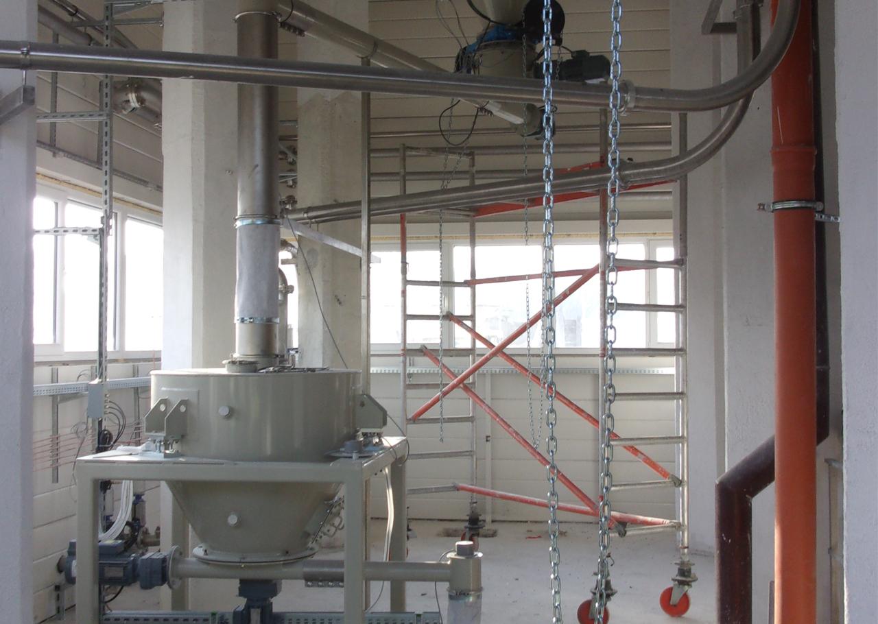 Gravimetrische Dosierung von Branntkalk aus Vorlage-Behälter auf Wägezellen, Produktzufuhr aus Silo mit Siloaustragsschnecke