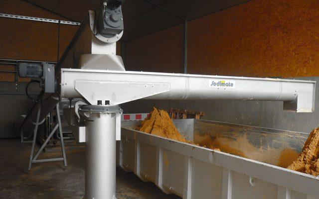 Schwenkbare Schlammförderschnecke für Klärschlamm bodenmontiert